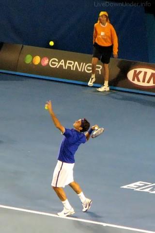 Roger Federer serwuje wybraną piłeczką, Australian Open 2009