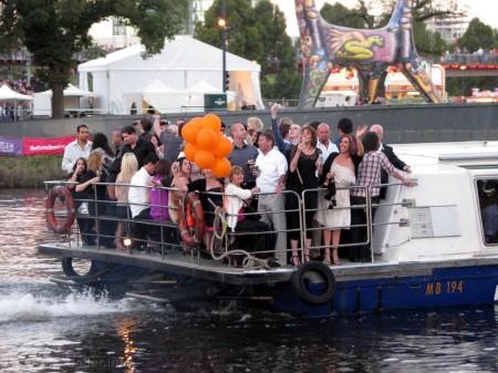 Tego dnia chyba wszystkie dostępne promy i stateczki wypłynęły na rzekę. W charakterze sal balowych.