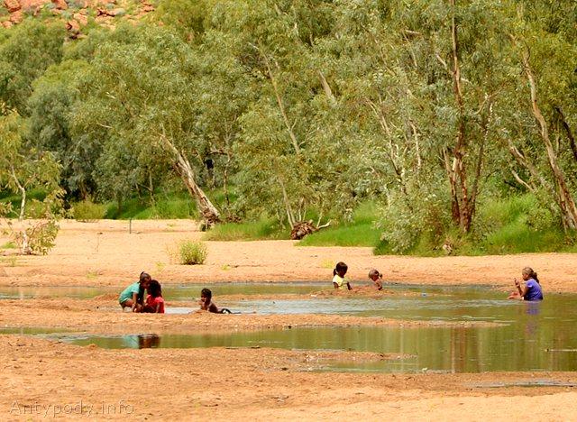 Aborygeńskie dzieci kąpią się w Alice Springs