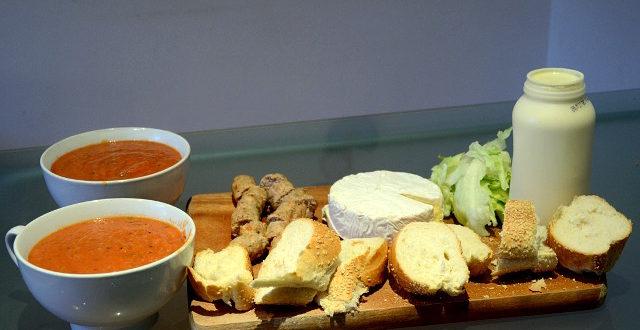 Szybki obiad na desce: zupa pomidorowo-ajavarowa z domowymi kiełbaskami z kurczaka.