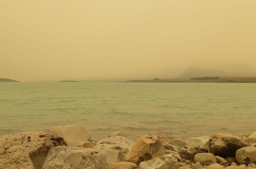 Lake Tekapo - niebo zasnute dymem z australijskich pożarów